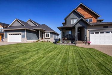 houses with big lawn